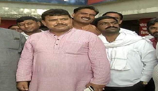 मध्य प्रदेश: कांग्रेस सरकार के पूर्व मंत्री ने जलसंकट को लेकर चप्पल छोड़ी
