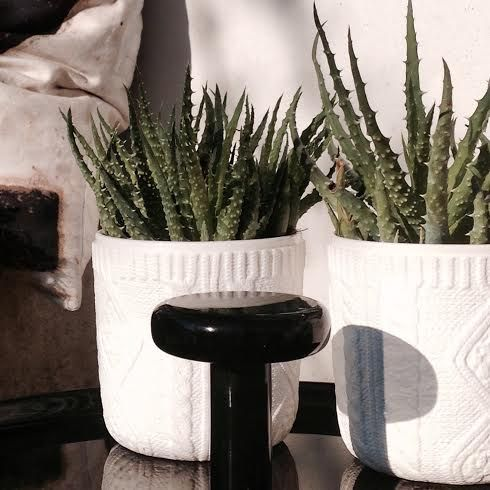 hvide krukker som skabt til den lyse nordiske bolig, vi kalder det fashion-interiør. Skjuleren fra japanske Kinto fås i 2 mønster varianter: Couture #Knit eller Couture #Lace #kinto #pottery #japanesedesign #potteskjuler #greenliving #grønneplanter #houseofbk