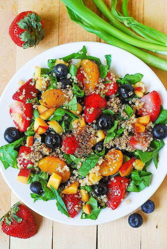 栄養満点!簡単素早く作れるヘルシーキヌアをつかった3つのサラダ ... ほうれん草といちご、ブルーベリーのキヌアサラダ