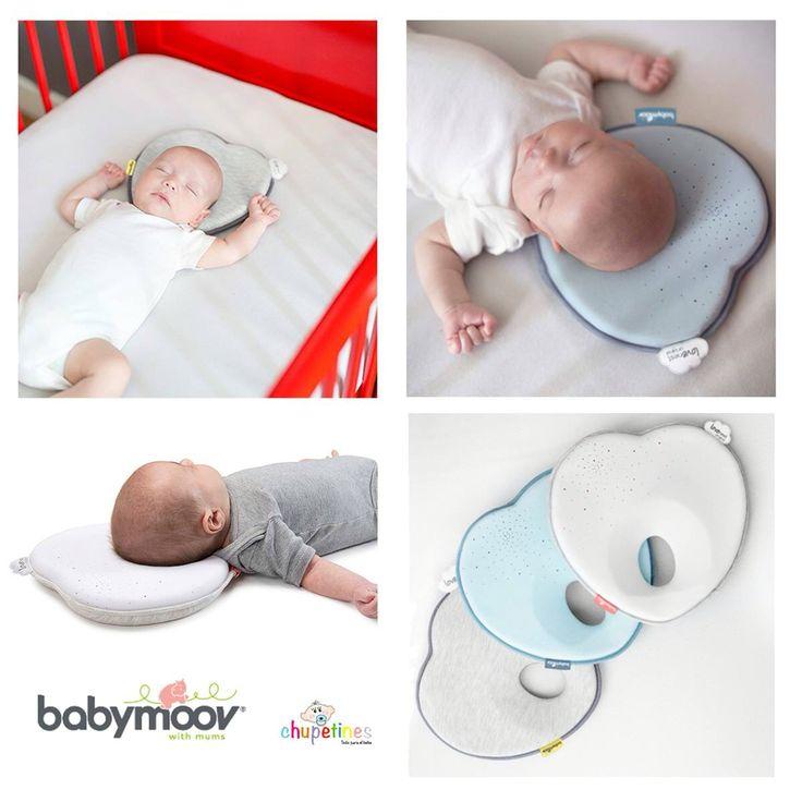 ¿Has oído hablar de la plagiocefalea? ¡Interesante para mamis y papis!  Hasta que el bebé cumple un año, su cráneo es muy maleable, los bebés suelen dormir boca arriba, pero al pasar mucho tiempo en esta posición puede dar lugar a lo que llamamos síndrome de la cabeza plana.  ¿Como evitarlo? Os presentamos las almohadas ergonómicas #lovenest de Babymoov, ayudan a mantener redondeada la cabeza del bebé mientras duerme en esa posición. Encuéntrala en Chupetines todo para bebes. ;)