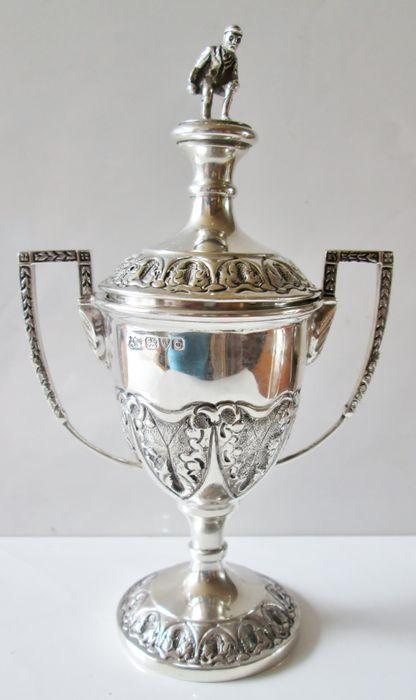 Online veilinghuis Catawiki: Zilveren prijsbeker met vermeil binnenzijde bekroond door een bowler, Chester, 1926