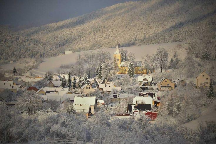 Pružina je obec na Slovensku v okrese Považská Bystrica.Nachádza sa v Strážovských vrchoch, na severovýchodných úpätiach najvyššieho vrchu Strážovskej vrchoviny Strážova, v doline Pružinky. Jej sú...