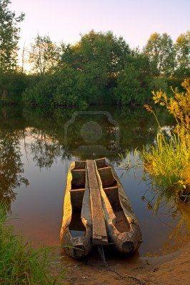 небольшие старые лодки рыбаков возле берега реки Фото со стока - 12240879