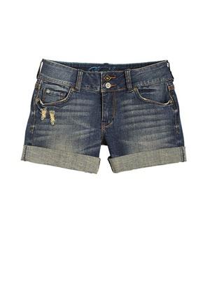 El pantalon corto azul.