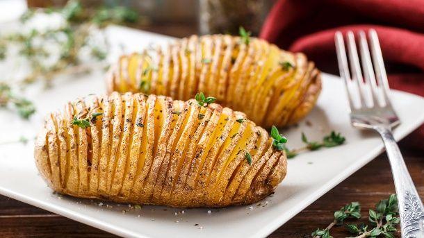 Fächerkartoffeln sind eine Mischung aus Ofenkartoffeln und Pommes.