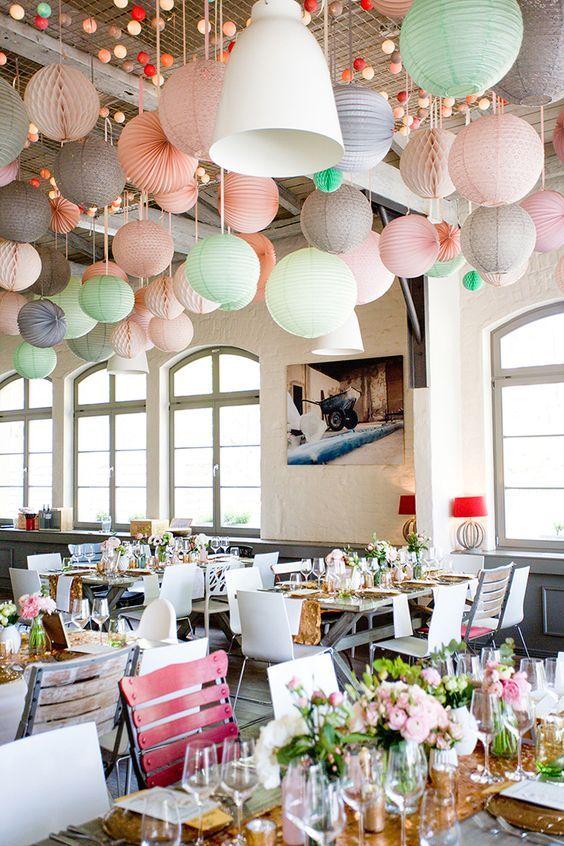 Schmuecken der Hochzeitslocation mit Pompoms und Wabenbaellen