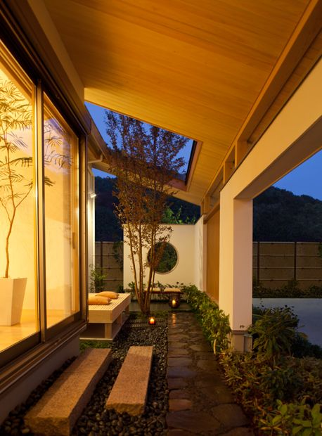 Small Porch Area With Open Roof Design For Plants 屋根の