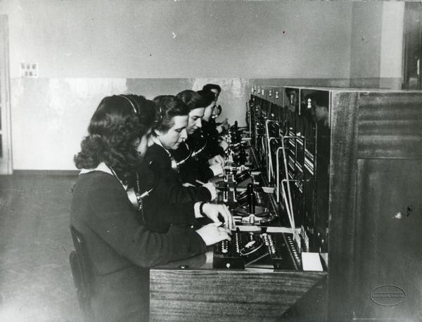Mostra fotografica itinerante sulle donne tra antichi mestieri e nuovi rischi - Liguria Telefoniste della SIP. 1940 circa
