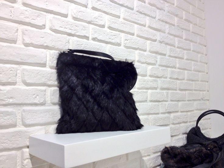 Second day della Fiera di Linea Pelle!!! Vi aspettiamo!!! Pad 15 - B 21 *Accessori realizzati con i nostri tessuti* Questa borsa è realizzata con pelliccia eco.