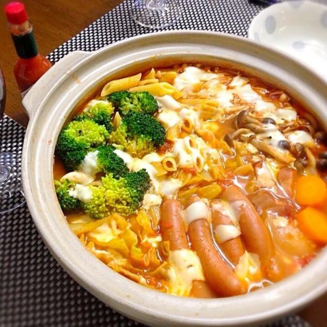 我が家の定番、トマトチーズ鍋! タバスコをたっぷりかけていただきます。ワインにも合います♪ ペンネを入れてますが、〆はリゾットです( ´艸`) - 81件のもぐもぐ - トマトチーズ鍋 by natsu