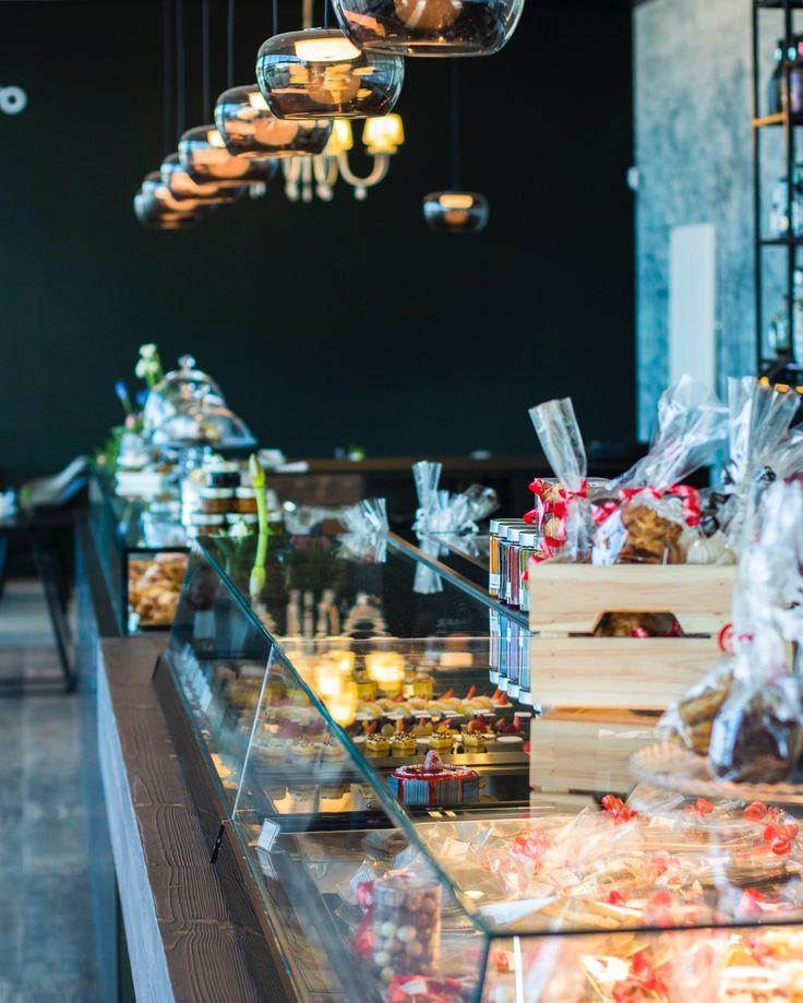 Una pasticceria che rompe gli schemi con il tradizionale concetto di negozio di dolci, grazie anche alle innovative vetrine Jobs. #orionstyle #orionjobs #thinklateral #vetrine #showcase #pasticceria #pastryshop #interior #design #inspiration #bar #furniture