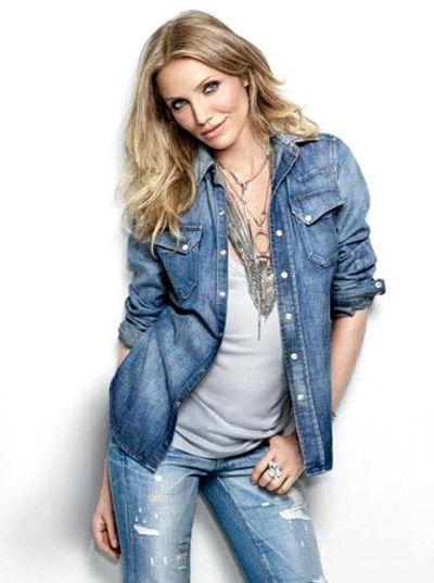 Кэмерон Диаз в стиле casual с джинсовой рубашкой поверх топа