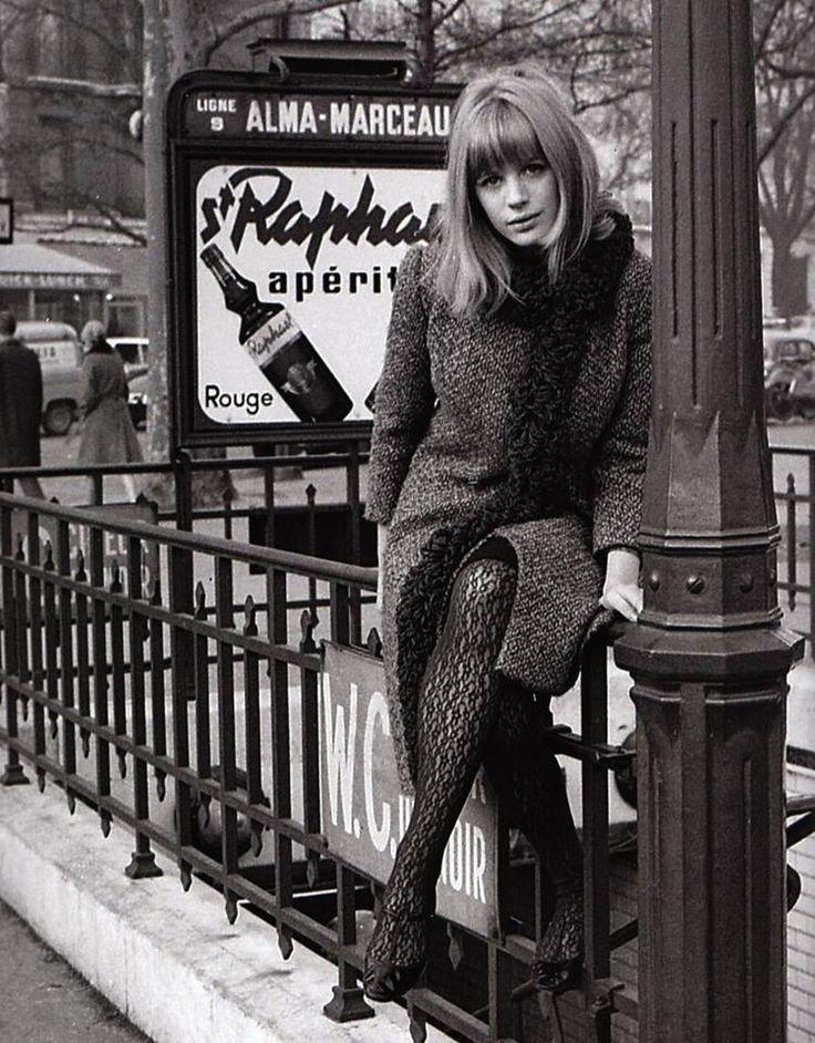 Marianne Faithfull, photo Roger Kasparian 1965 // bangs, long bob, furry scarf…