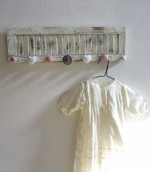 mommo design: RECYCLE AND DECOR - add mismatched knobs on a shutter for a romantic coat rack