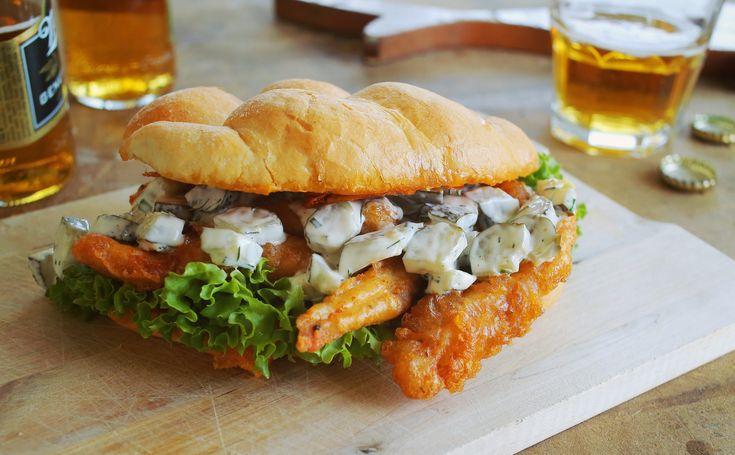 Zé deluxe rántotthúsos szendvicse Két dologtól lesz igazán meggyőző ez a szendvics: az egyik a kovászos uborka saláta, a másik pedig a ropogós sörtésztában megsütött csirkecsíkok. Jó, azért a bucira rásütött cheddar sajt sem gyenge, az összhatás azonban egészen egyszerűen frenetikus. http://rtl.hu/most/street-kitchen/street-kitchen-2015-09-19