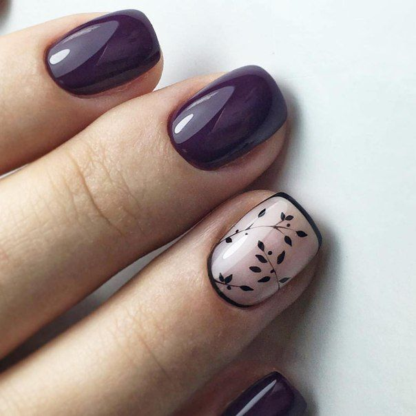 uñas color uva morado oscuro y acento uña rosa y hojas