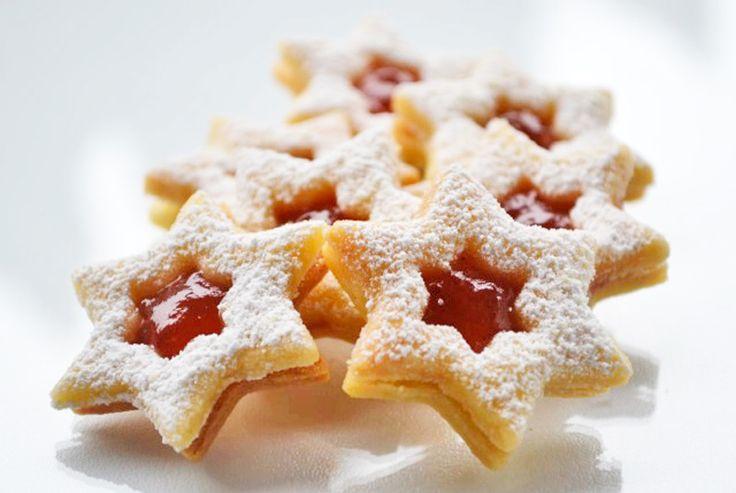 Köstliche #Weihnachtsbäckerei gelingt mit diesem Rezept. Die süßen Linzer Sterne gelingen im Nu und zergehen auf der Zunge.