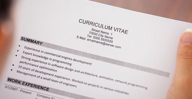 Soumettre votre CV / résumé.  Les recruteurs peuvent obtenir des centaines de curriculum vitae / résumé à travers chaque poste annoncé - c'est pourquoi ils proposent souvent une demande d'emploi sous forme d'un formulaire qui doit être complété par chaque candidat, ils savent que vous êtes motivé si vous prenez le temps de le