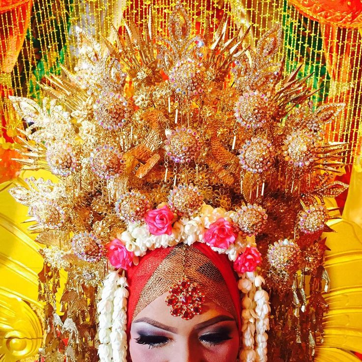 Another Indonesian bride , from Padang , West Sumatera. She is my friend which has wedding day in Padang today. Minang bride is colorful with gold and red #padang #traditional #wedding #bride #sunting #goldred