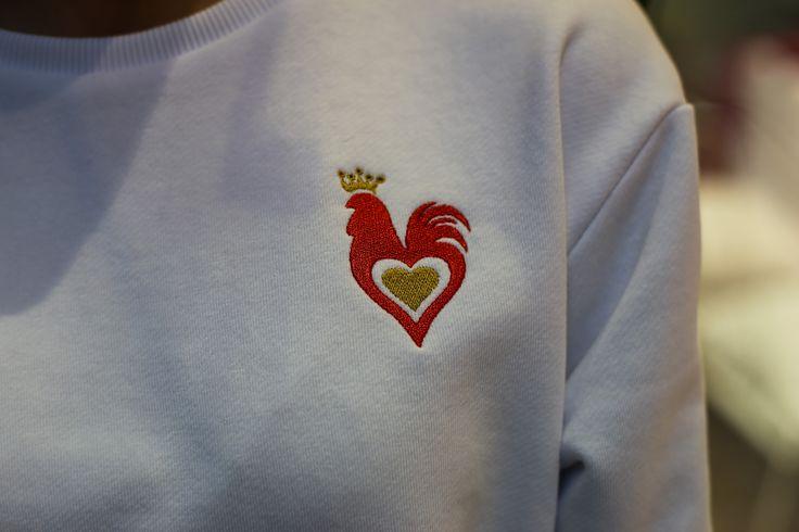 вышивка в виде стилизованного под петуха сердца, символ 2017, НГ 2017, праздник, подарок девушке, дизайнерский свитшот