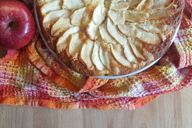 La torta di mele senza burro è una torta light che risulta soffice e gustosa. Veloce da preparare è perfetta per la colazione.