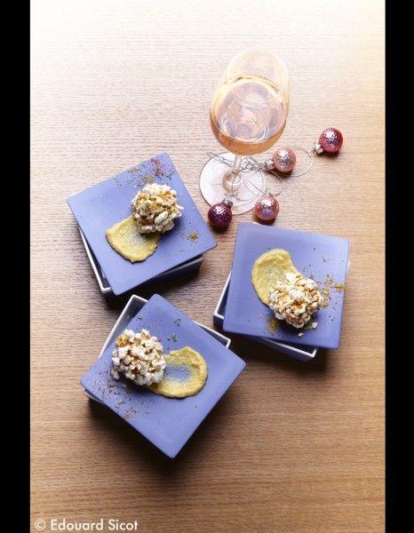 Foie-gras-au-pop-corn.Coupez le foie gras en gros cubes,former des boules.Versez 1 c. à c.d'huile dans une casserole, ajoutez 3 c. à s.de maïs pour pop-corn, couvrez et placez sur feu vif jusqu'à ce que les grains éclatent.Hachez-les grossièrement.Roulez les boules de foie gras dans le pop-corn concassé.Mixez 4 c. à s.de grains de maïs avec 2 c. à s.de bouillon de volaille, jusqu'à obtention d'une crème souple.Étalez cette crème sur huit petites assiettes,dessus les boules de foie gras.