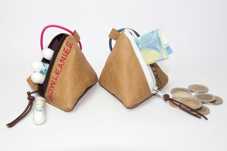 """Schnullergarage aus veganem Leder (Snap Pap)! Diese Schnullertasche ist die perfekte Aufbewahrungsmöglichkeit für die Schnuller ihres Babys. Mit dem Gummiband kann die Schnullergarage schnell und einfach überall befestigt werden. Ob am Kinderwagen, der Wickeltasche oder auch einfach am Hosenbund... Die Schnullergarage schützt vor Schmutz und beugt dem ständigen Suchen des Schnullers vor. Die Schnullergarage ist aus hellbraunem Snap Pap, welches auch als """"veganes Leder"""" bezeichnet wird. Umso…"""