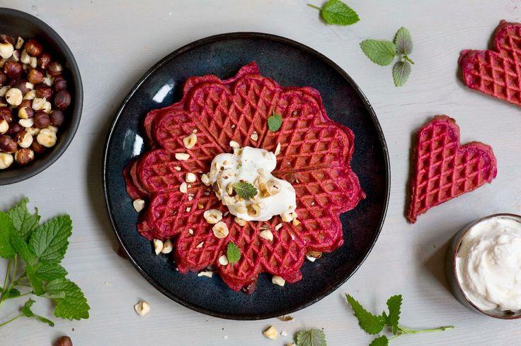 Rødbeter er proppet med vitaminer, mineraler, antioksidanter og fiber, men det er bare bonusen. Den virkelige rikdommen ligger i den herlige sødmen og den lekre fargen. Prøv rødbeter i vaflene og bli forført!