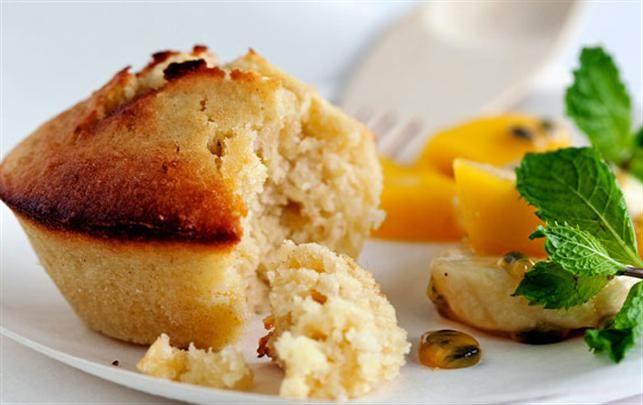 Kokos-citronmuffins med gul frugtsalat