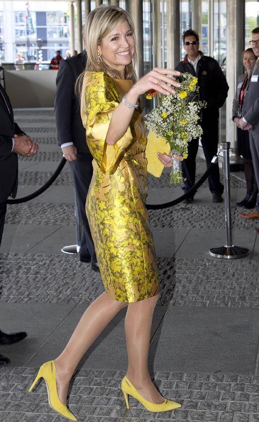 Máxima de Holanda ha vestido su 45º cumpleaños de oro, con vestido de seda de Natan, su firma de cabecera, para asistir esta mañana a un congreso dedicado a las pensiones en La Haya