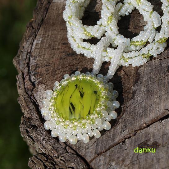"""Hrášek ve skle Název tohoto náhrdelníku je odvozen od barvy středového """"kamene"""", který tvoří skleněný, mačkaný kabošon od Sharon v barvě hrášku."""