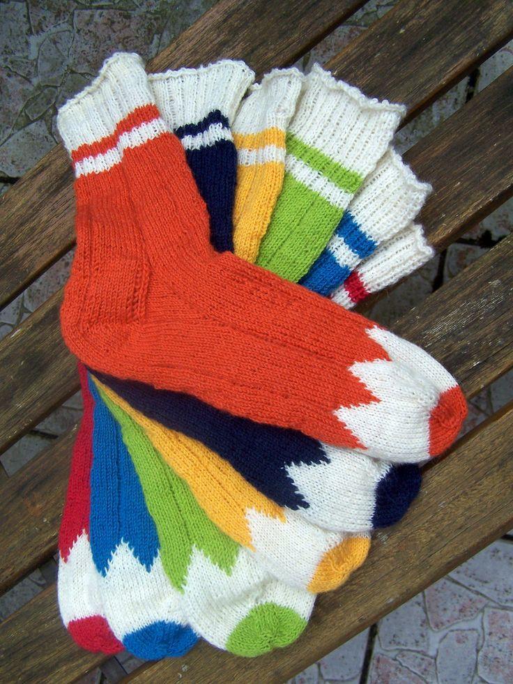 6 einzelne Buntstifte-Socken, die nach Lust und Laune gemixt angezogen werden, wenn es im Herbst und Winter dunkel und trübe ist.