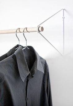 SPRING ist eine zeitlose Garderobe, die überall Platz findet und Platz schafft. Die Stange aus Holt wird fest durch die Feder aus Stahldraht gehalten. Eine optische sehr leichte und zugleich stabile LösungLieferumfang:2 Wandhalterung aus Stahldraht+ Garderobenstange aus Buche 22mm+ Schrauben und Dübel für die WandbefestigungMaße:Garderobenstange 1 m (kann gekürzt werden)Abstand zur Wand: 26 cm (übliche Kleiderbügel können gerade gehängt werden)