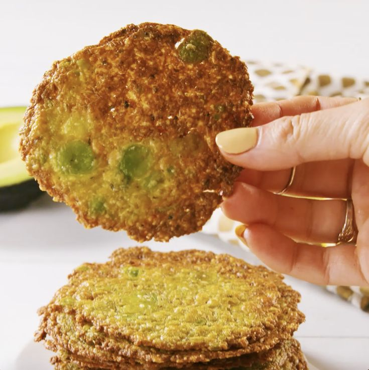 These low-carb avocado chips will send potato chips to their grave. Get the recipe at .These low-carb avocado chips will send potato chips to their grave. Get the recipe at . Appetizer Recipes, Snack Recipes, Cooking Recipes, Apple Recipes, Cheese Recipes, Avacoda Recipes, Tailgate Appetizers, Bacon Appetizers, Bread Recipes
