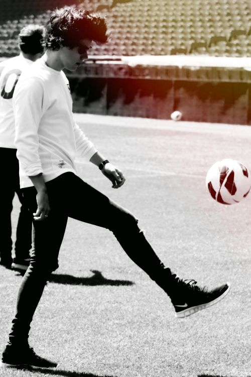 """JUST HARRY PLAYING FUTBOL BEFORE ANNOUNCING THE """"WHERE WE ARE"""" TOUR OF 2014!!!!!!!I'M SELLING MY EVERYTHING FOR THESE TICKETS MY GOODNESS,,,,MYGOODNESS"""