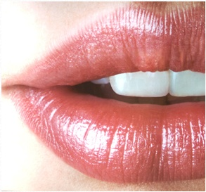 For soft lips: Exfoliate lips by scrubbing damp lips with a toothbrush. Pat dry then generously apply lip balm, followed by Vaseline. Leave on lips for 10 minutes then pat lips with a cloth. Leaves lips smoother and more plump!Lips Colours, Lips Gloss, Lipsticks Colors, Makeup Tricks, 20S Fashion, Fashion Tips, Lips Makeup, Lips Colors, Lips Rouge