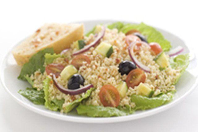 Vous n'avez jamais cuisiné de couscous? Voici l'occasion idéale! Prête en 10 minutes, cette salade est composée de couscous à cuisson rapide, d'un mélange de légumes frais et de notre vinaigrette à la tomate confite. Parfaite pour les réceptions, les repas-partage et les pique-niques, cette recette est à essayer absolument.