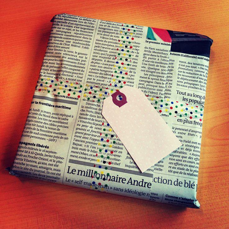 Un paquet cadeau réalisé avec du papier journal et du masking tape