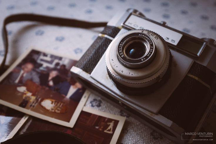 Da un po' di tempo ho preso in prestito una scatola di vecchie foto della mia famiglia. Quel genere di immagini che hai visto mille volte, ma che ogni tanto è piacevole riguardare, magari scorgendo...