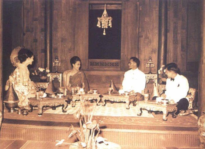 สมเด็จพระจักรพรรดิอากิฮิโตและสมเด็จพระจักรพรรดินีมิชิโกะ  หลังครองราชย์ทรงเลือกเสด็จมาไทยเป็นประเทศแรก ในหลวงพระราชินีจัดงานต้อนรับถวายแบบไทยๆที่พระตำหนักเรือนต้น  พระราชวังดุสิต