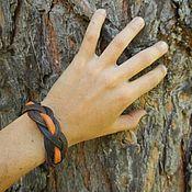 Купить или заказать Кожаный браслет Какао в интернет-магазине на Ярмарке Мастеров. Кожаный тонкий браслет на шнурке. В основе браслета - толстая черная кожа, плотная, хорошо держит форму. Поверхность браслета украшена плетением из тонкой коричневой кожи. На руке браслет крепится с помощью кожаного шнура и бусины затяжки. Браслет тонкий, легкий, удобно сидит на руке. Этот браслет из кожи отлично подойдет как мужчине, так и женщине.
