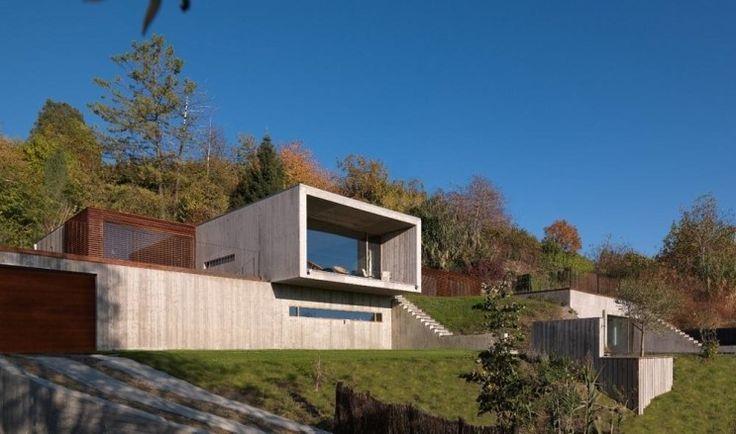 세 자녀를 둔 부부를 위하여 이탈리아 북서부의 도시인 토리노 외곽의 언덕에 420m²(약 127평) 규모로 지은 주택입니다. 집주인의 요구는 가정생활을 충분히 누릴 수 있는 매우 큰 집을 에너지 효율적으로 짓는 것입니다. 경사진 언덕을 굴착하여 앉힌 이 집은 두 개의 심플한 평행육면체로 이루어졌습니다. 하나..