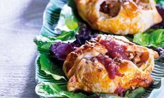 INGREDIENTES 1 emb. massa folhada refrigerada 2 maçãs Golden Pingo Doce ½ queijo chèvre Pingo Doce 40 g miolo de noz 1 ovo S 1 c. sopa sementes de girassol 1 c. sobremesa azeite 100 g cebola congelada em cubos Pingo Doce 1 dl água 1 c. chá sal 2 dl vinho do Porto Ruby 1 c. sopa mel qb pimenta em moinho 20 g manteiga 1 emb. salada alentejana Pingo Doce PREPARAÇÃO 1. Pré-aqueça o forno a 200° C. 2. Desenrole a massa e, com a ajuda de um corta corte quatro discos. Reserve. 3. Descasque as…
