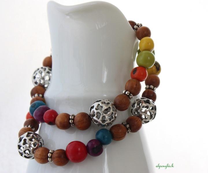 Eine zauberhaft bunte Kette...    ♥ gefertigt aus gefärben Acai Samen in den Farben:  grün  orange  lila  rot  gelb  türkis    ♥ ergänzt durch Holz un