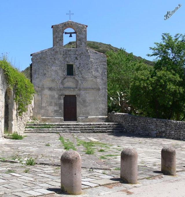 Banari - Chiesa di Santa Maria di Cea .La chiesa  venne edificata nel 1260, come testimonia la croce a forma di Tau sotto l'iscrizione apposta sulla facciata; è collegata a un romitorio, dove gli eremiti si dedicavano alla preghiera e alla penitenza, ancora in buono stato di conservazione. In questo luogo sorgeva il villaggio medievale di Cea, scomparso alla fine del XVI.La chiesa è  a navata unica, con due ingressi , la copertura  di legno, la facciata  a tre arcate, con campanile a vela.