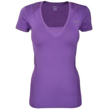 Fitness tričko REEBOK EASYTONE (purpurová). Sportovní tričko s revoluční technologií Reebok EASYTONE pro maximální podporu během intenzivního cvičení. Jedinečná technologie se přizpůsobí tělu, zvýrazní vypasované linie a během cvičení pomáhá pracovat na vaší postavě. Kupte online na www.move-it.cz