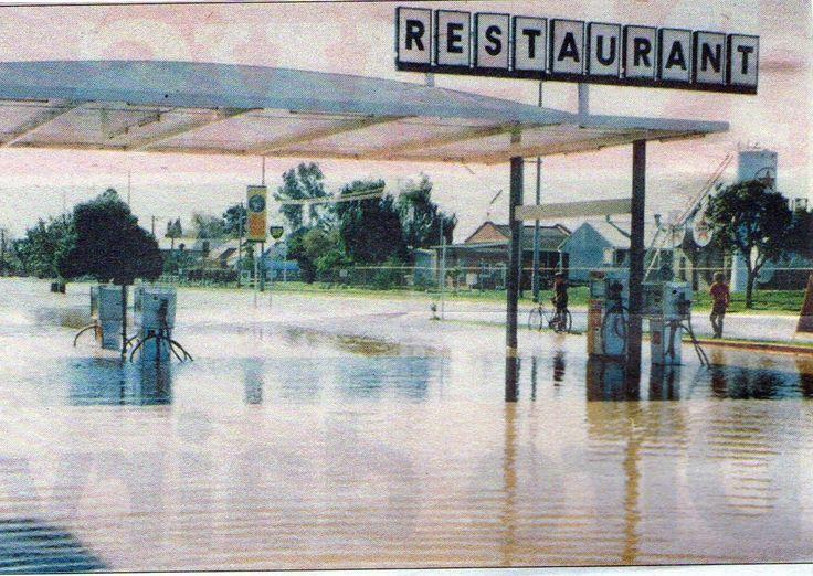 She'll Service Station Victoria Park LakeWyndham Street Shepparton (in flood)