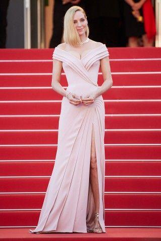 Cannes 2017: Uma Thurman, in un vestito di Atelier Versace modellato da nervature e pieghe, come la colonna di un tempio. Divina. (Presidente di giuria di Un certain regard. qui sul red carpet di 'Ismael's Ghosts)