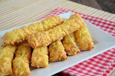 Ook dol op kaasstengels. Met dit recept maak je eenvoudig zelf je bladerdeeg kaasstengels! Breng ze naar wens op smaak met zout, peper en/of andere kruiden.