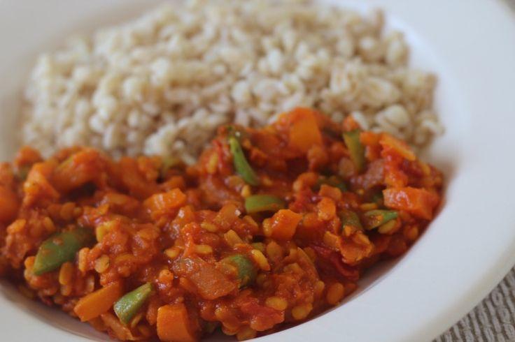 Koude dagen, warme gerechten. Curry! Ik maak vaak een simpele rode linzen curry en besloot deze eens te upgraden met het toevoegen van twee andere ingrediënten: Snijbonen en gele Mungbonen…